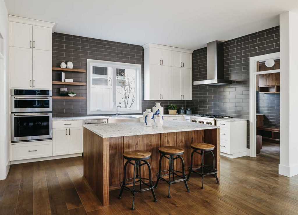 open shelving, black backsplash